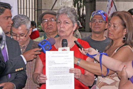 Ex-Ministra Ana Elisa Osorio declarando durante entrega de documento ante el Consejo Moral Republicando